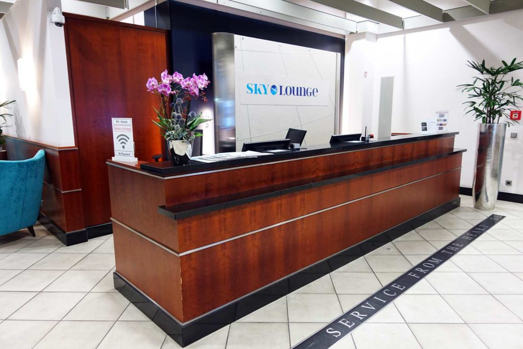 sky lounge frankfurt main desk